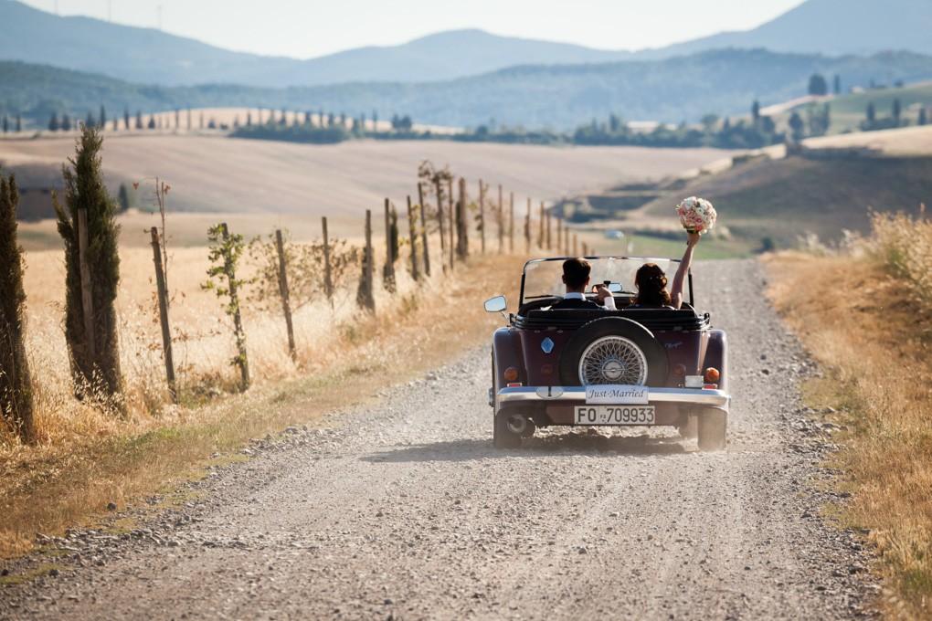 sposi in auto d'epoca sulle colline a lajatico