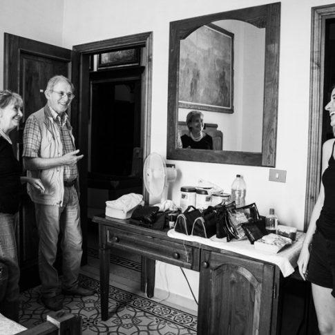 la sposa con i genitori durante i preparativi a Villa il Poggione