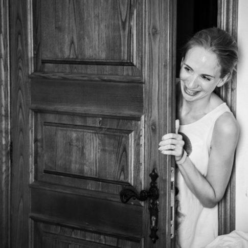 un'amica della sposa guarda i preparativi dalla porta