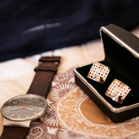 orologio e gemelli della camicia dello sposo