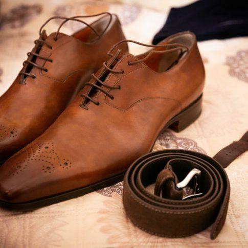 scarpe orologio e cintura dello sposo
