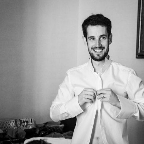 lo sposo si abbottona la camicia durante i preparativi a Villa il Poggione, Fauglia