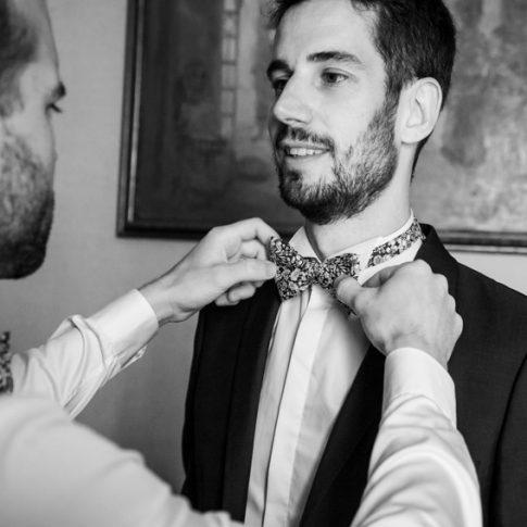 un amico aiuta lo sposo durante i preparativi a villa il poggione