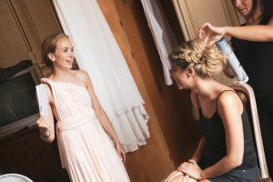la sposa con un'amica durante i preparativi