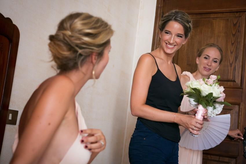 la sposa mostra il mazzolino alla sorella e ad un'amica