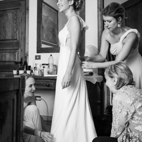 la sposa durante la vestizione