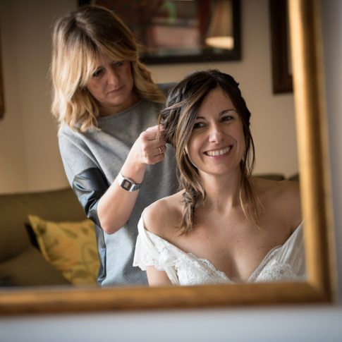 acconciatura sposa riflessa nello specchio