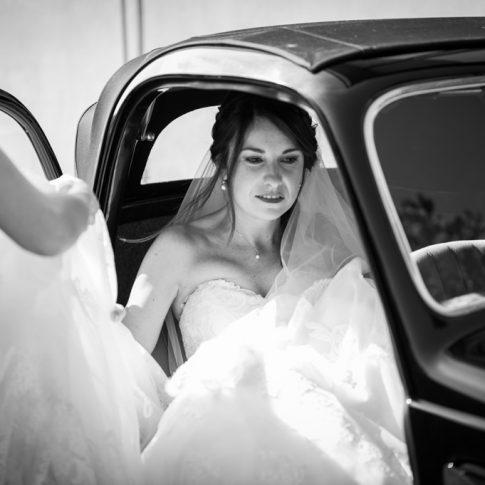 la sposa sale in macchina d'epoca