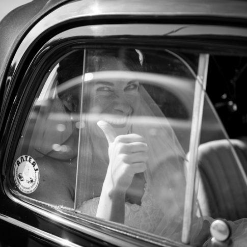 sposa in auto d'epoca