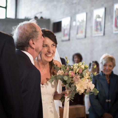 il padre saluta la sposa in chiesa