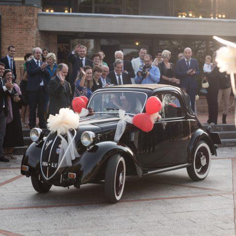 sposi in auto d'epoca davanti alla chiesa
