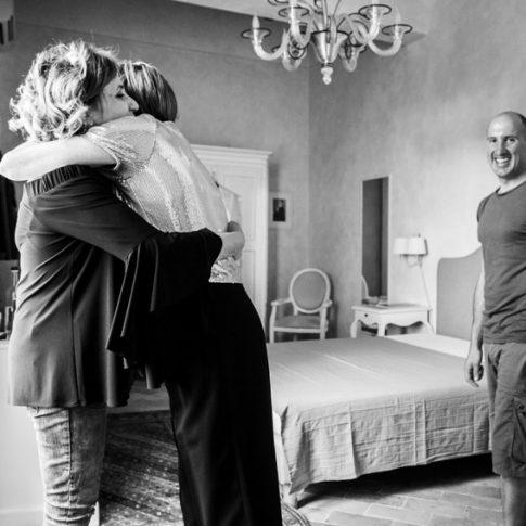 le madri degli sposi si abbracciano durante i preparativi a villa scorzi