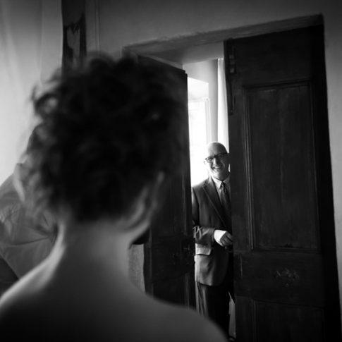 il padre della sposa apre la porta e vede per la prima volta la figlia vestita da sposa