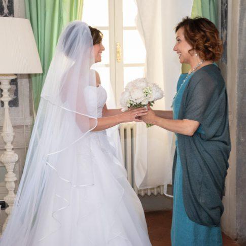 la suocera consegna il mazzolino alla sposa a villa scorzi