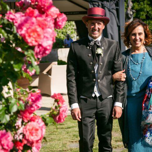 lo sposo entra con sua madre nel roseto di villa scorzi dove ci sarà la cerimonia