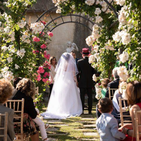 sposi presi da dietro durante la cerimonia civile nel roseto di villa scorzi