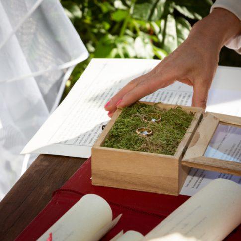 la sposa prende le fedi nuziali durante la cerimonia civile a villa scorzi