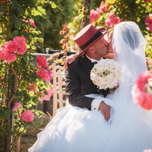 gli sposi si baciano nel roseto di villa scorzi a calci