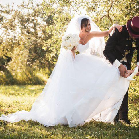 gli sposi scherzano nel giardino di villa scorzi