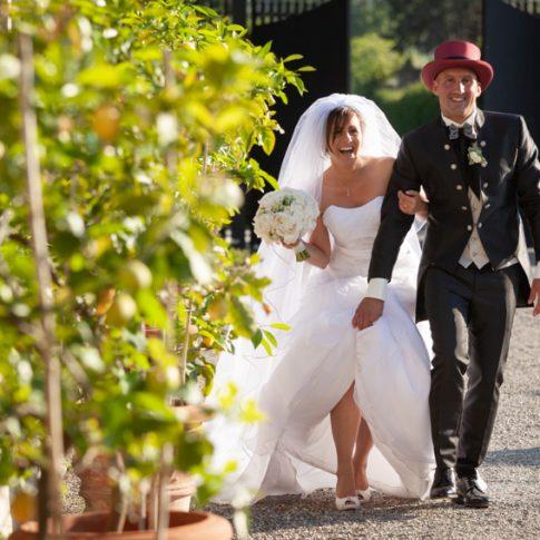 gli sposi camminano a braccetto nel cortile di villa scorzi