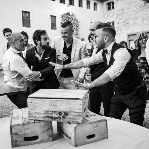lo sposo scherza con gli amici nel cortile di villa scorzi