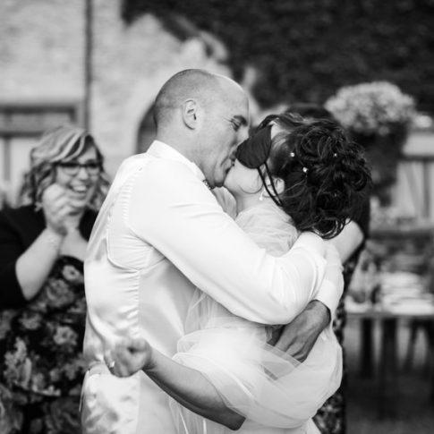 gli sposi si baciano dopo i giochi di ruolo con gli amici
