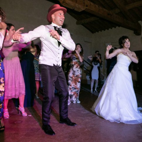 gli sposi ballano con gli amici