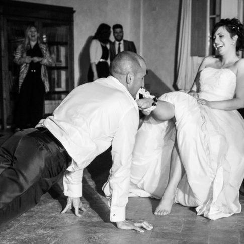 lo sposo toglie la giarrettiera alla sposa