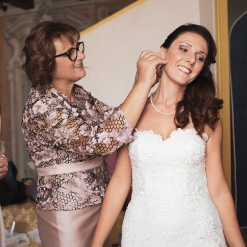 la madre mette gli orecchini alla sposa