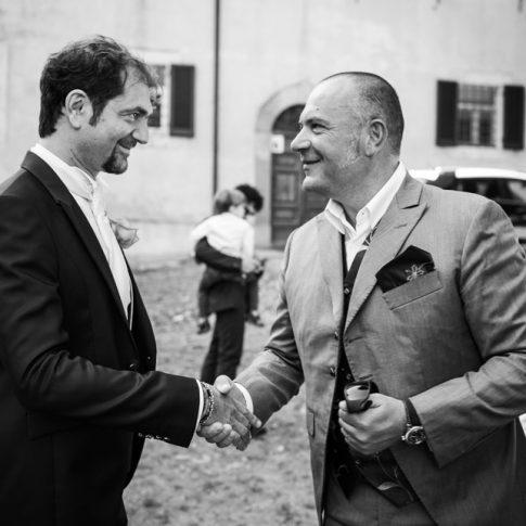 lo sposo saluta un amico davanti alla basilica di san piero a grado