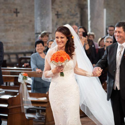 la sposa entra col padre alla basilica di san piero a grado