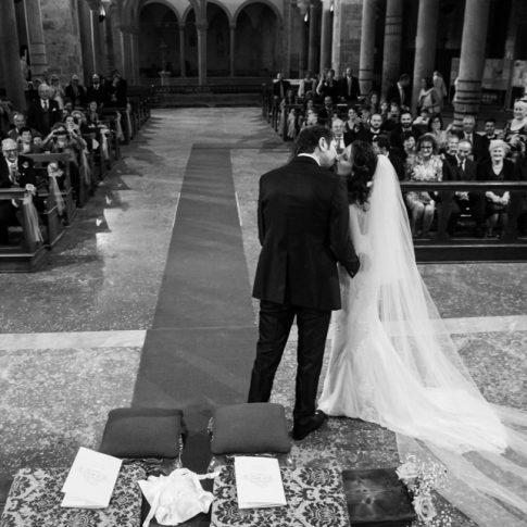sposi presi da dall'alto mentre si baciano