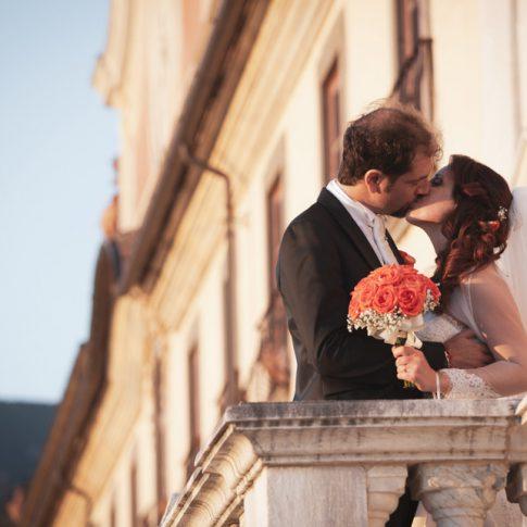 sposi che si baciano alla certosa di calci