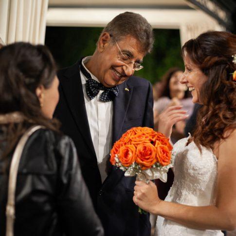 la sposa parla con amici a villa poschi