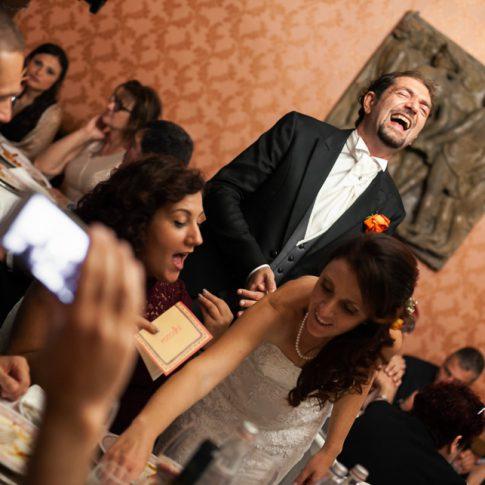 lo sposo ride con gli amici durante la cena a villa poschi