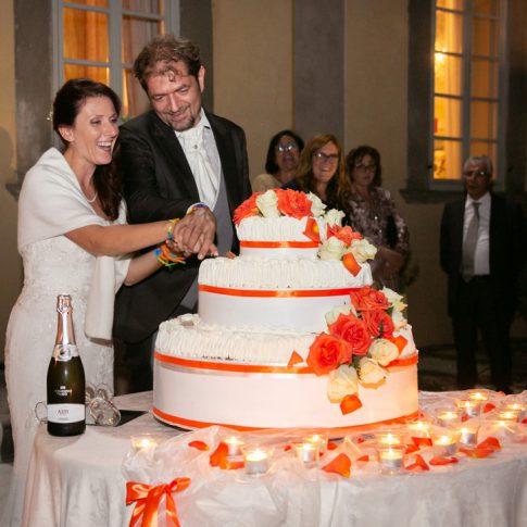 gli sposi tagliano la torta a villa poschi