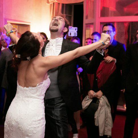 gli sposi ballano durante i festeggiamenti a villa poschi