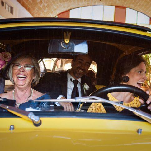 sposo con madre e testimoni su auto d'epoca fiat 500