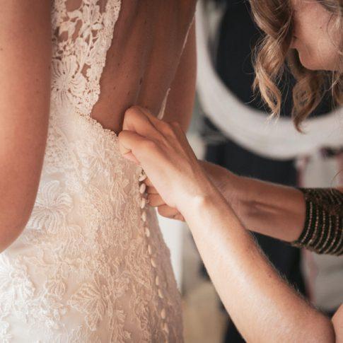 amiche che vestono la sposa, abito da sposa