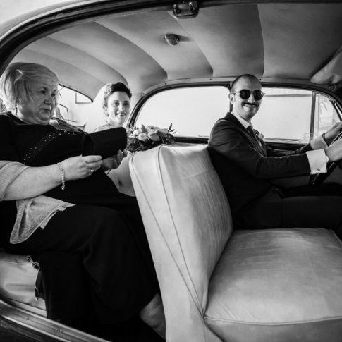 sposa verso la chiesa con auto d'epoca