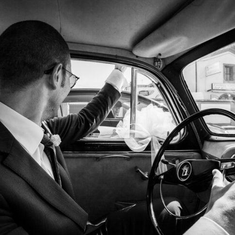 in viaggio verso la chiesa, auto d'epoca sposi
