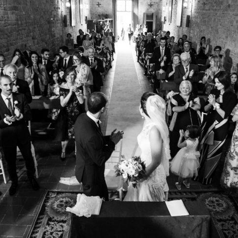 applauso sposi nell'antica badia di san Savino