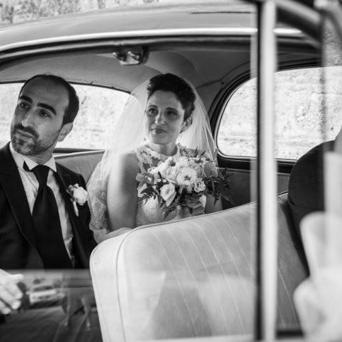 foto bianco e nero sposi in auto d'epoca