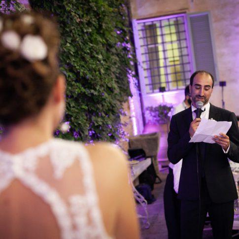 sposo legge poesia alla sposa a villa scorzi