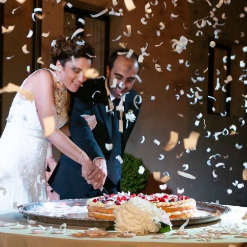 gli sposi tagliano la torta nuziale a Villa Scorzi