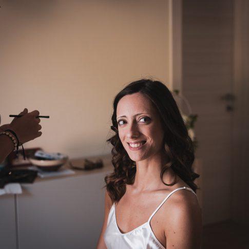 la sposa seduta durante il trucco