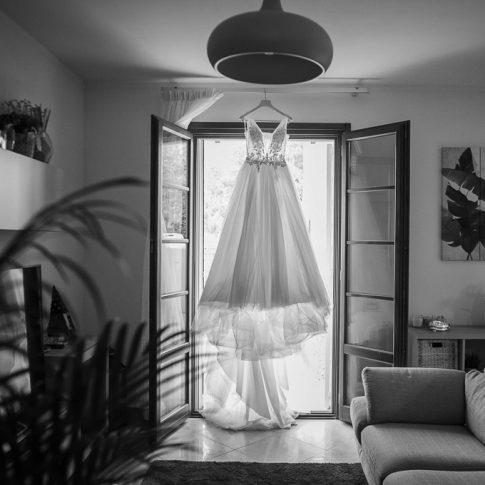 abito della sposa appeso alla finestra