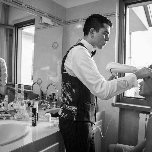 sposo durante l'acconciatura
