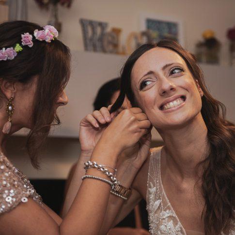 un'amica mette gli orecchini alla sposa