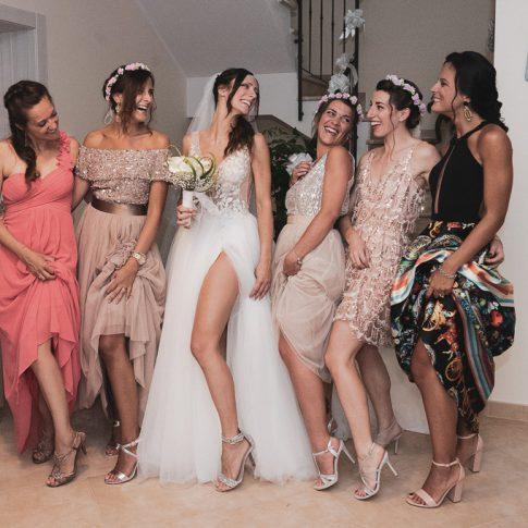 la sposa con le amiche mostrano abiti e scarpe